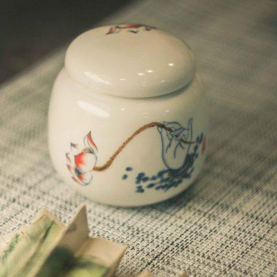Фарфоровая чайница Прикосновение